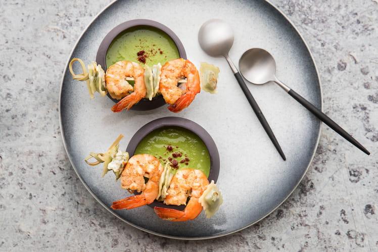 Velouté de petits pois, brochette de ravioles poêlées aux  crevettes marinées