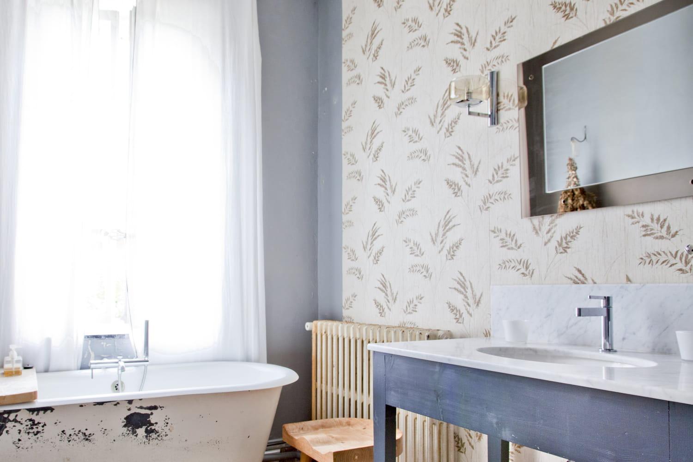 Du papier peint dans la salle de bain: comment l'adopter?
