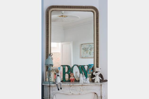 Miroir ancien dans la chambre de bambin