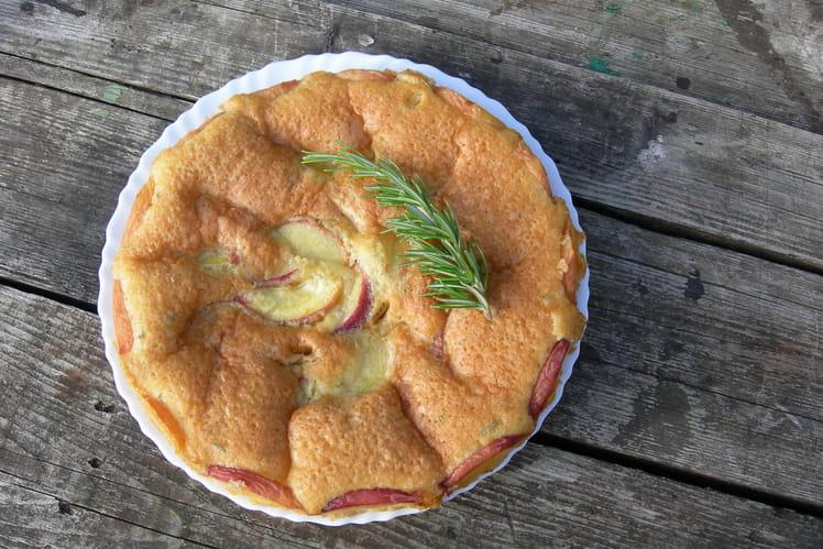 Gâteau à la pêche et au romarin