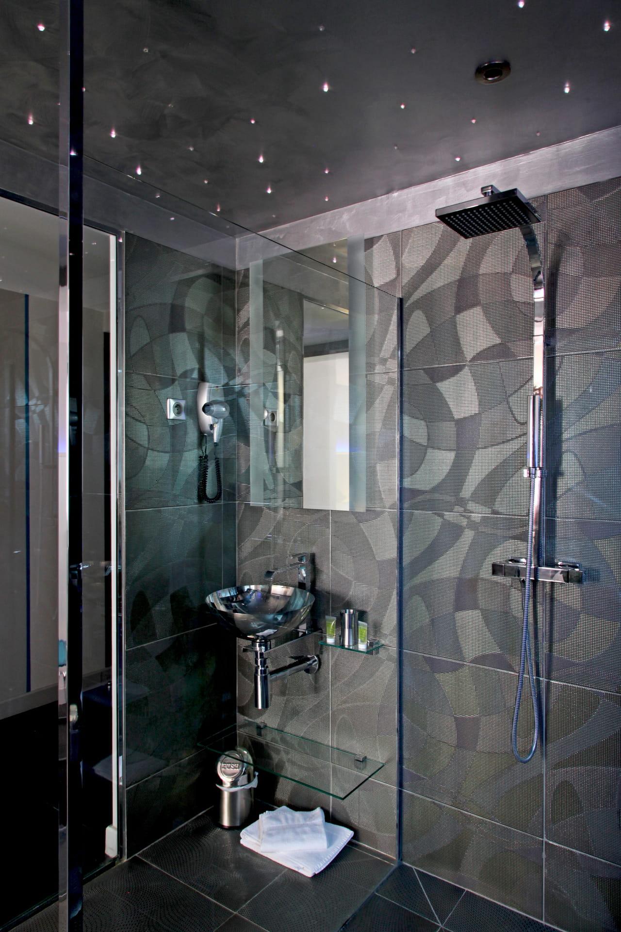 La douche à l\'italienne passe au noir