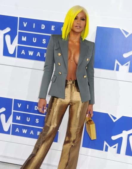Cassie en pantalon lamé
