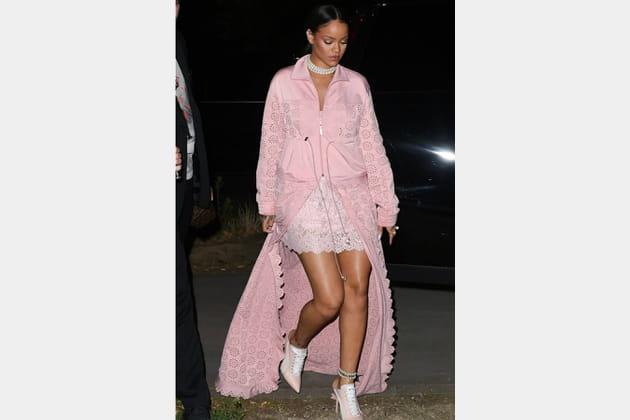 de largo vestido rosa Rihanna en encaje pálido y abrigo 4ARjL35q