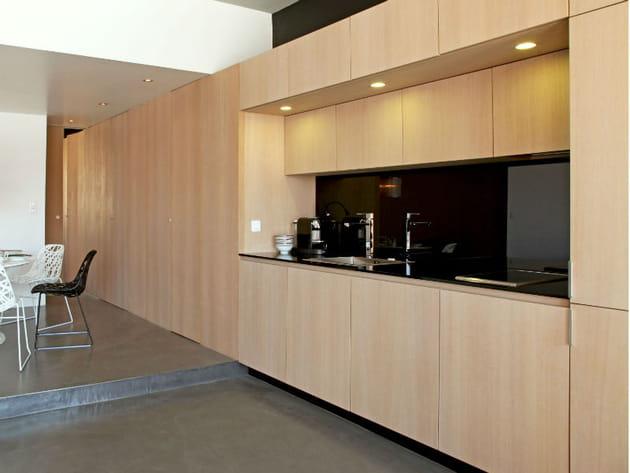 cr dence en verre noir brillant. Black Bedroom Furniture Sets. Home Design Ideas