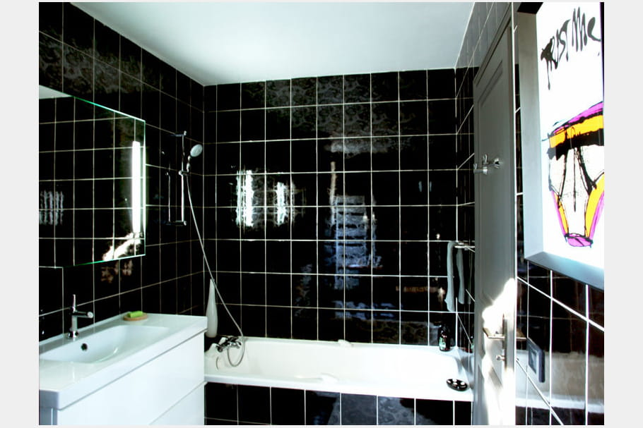Salle de bains noire de jais