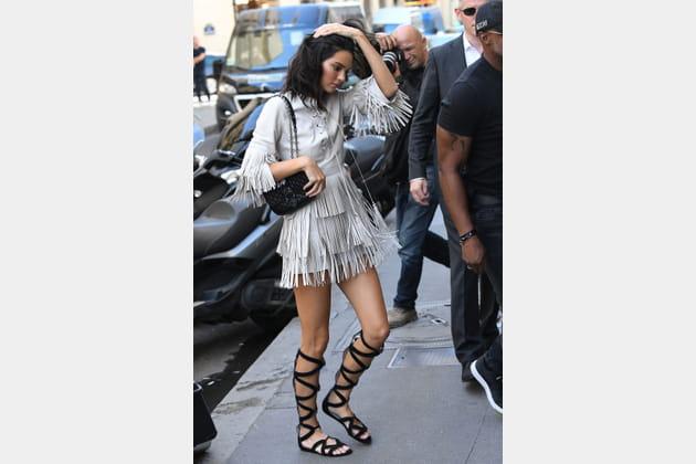 Kendall Jenner en robe à franges et spartiates