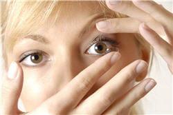 n'ayez pas peur de toucher votre œil mais veillez bien à toujours avoir les