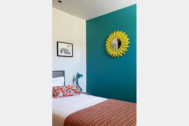 Mur turquoise et miroir jaune for Miroir jaune