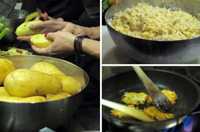 les pommes de terre sont râpées à la main. mélangées à de la farine et des