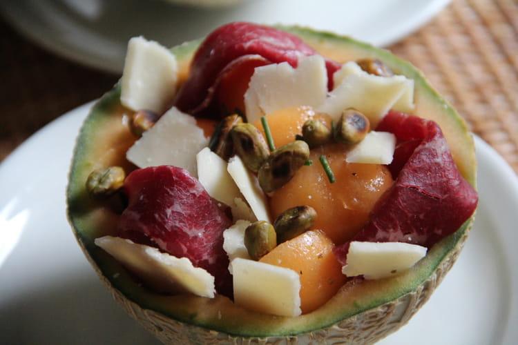 Salade de melon à la viande des grisons, parmesan et pistaches grillées