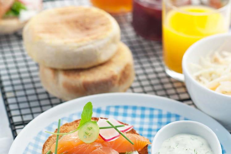 Muffins anglais au saumon et crème aux herbes