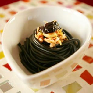 spaghettis à l'encre de sèche olives et thon