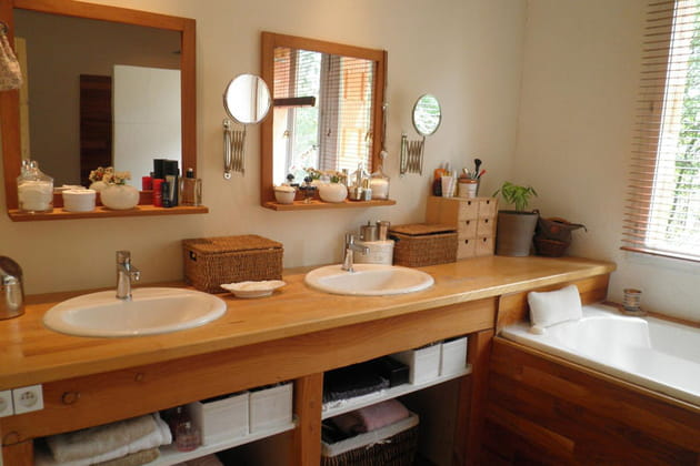 salle de bains lumineuse. Black Bedroom Furniture Sets. Home Design Ideas
