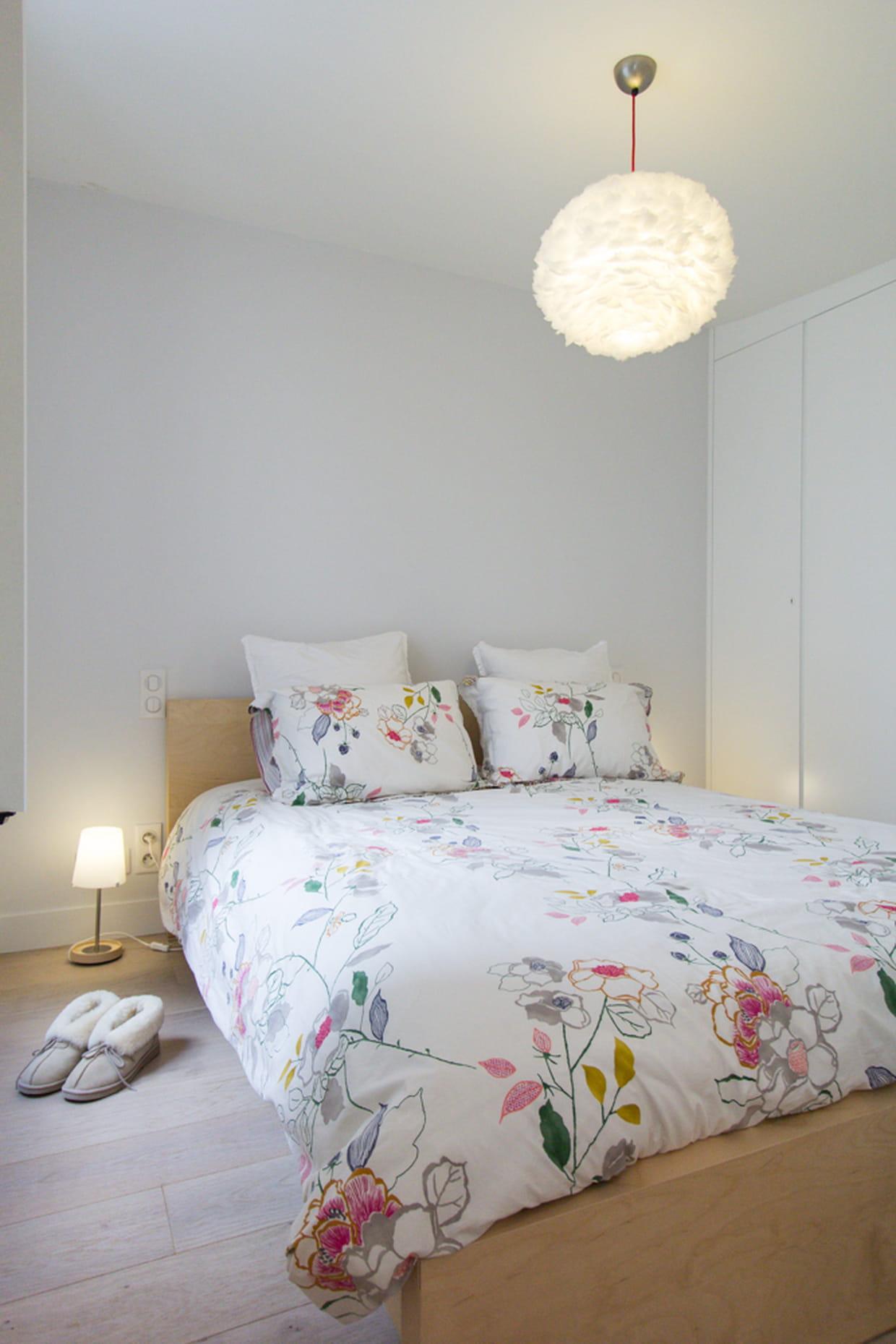 une petite chambre douillette. Black Bedroom Furniture Sets. Home Design Ideas