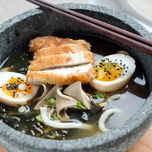 ramen aux pleurotes, oeuf mollet et poulet pané