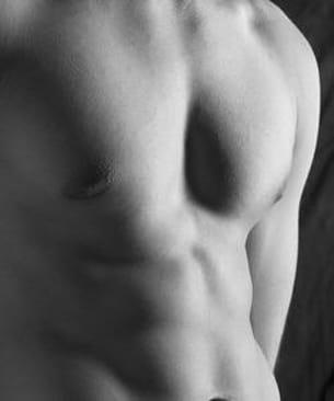 les mamelons masculins sont des organes extrêmement sensibles.