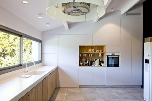 Une cuisine entre blanc et bois