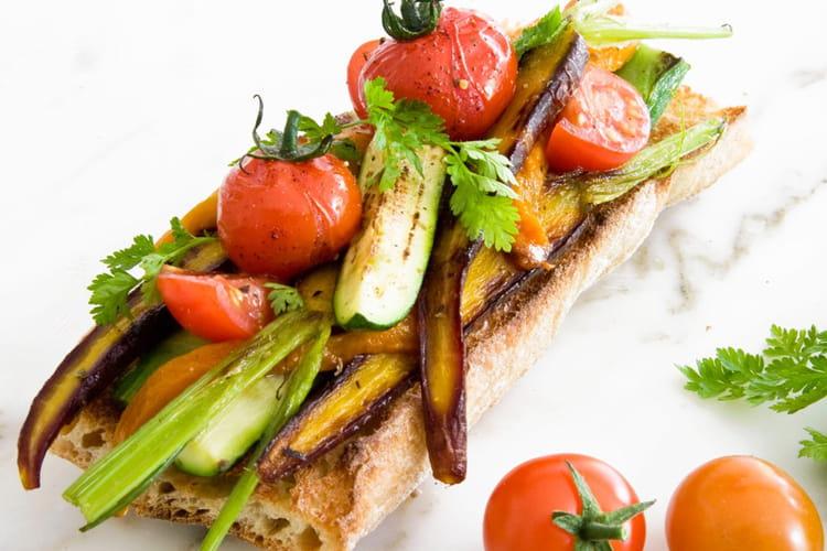 Tartine plaisir aux tomates cerise, courgettes et carottes