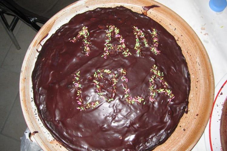 Gâteau au chocolat, glaçage aux noix et vermicelles