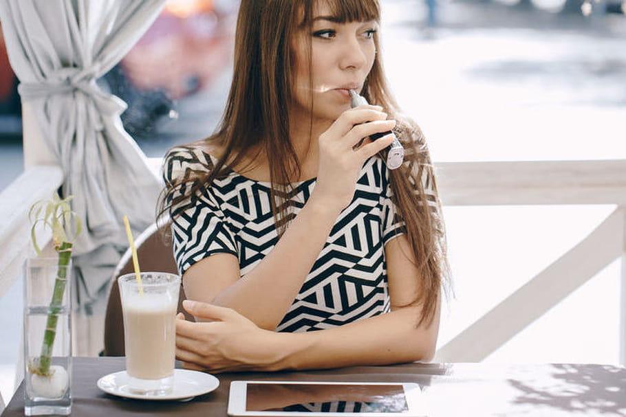 E-cigarette : l'interdire, même dans les bars et les restaurants ?
