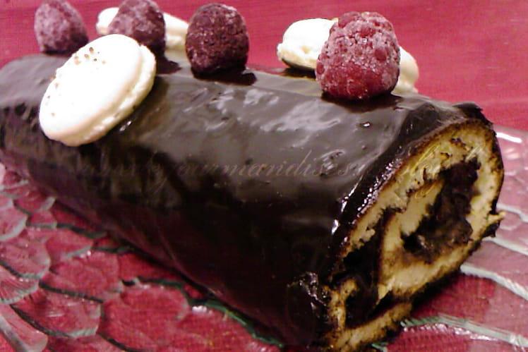 Bûche au chocolat, framboises et lychees
