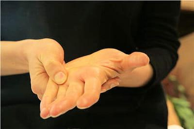 insistez sur la racine de vos doigts.