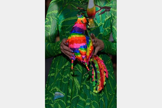 Le petit sac oiseau multicolore du défilé Manish Arora