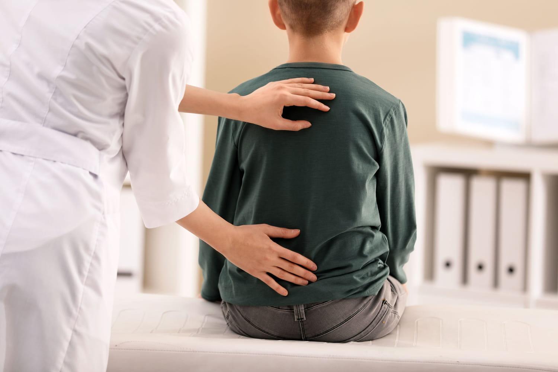 Mal de dos chez l'enfant: causes, que faire?