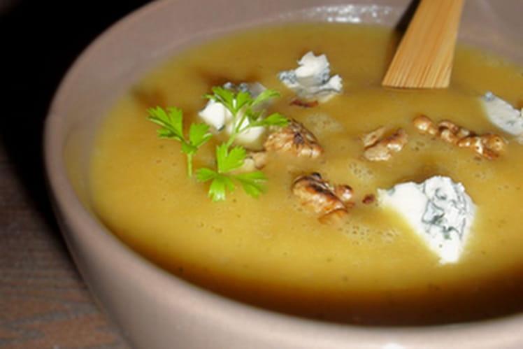 Soupe de courge aux noix grillées & au bleu