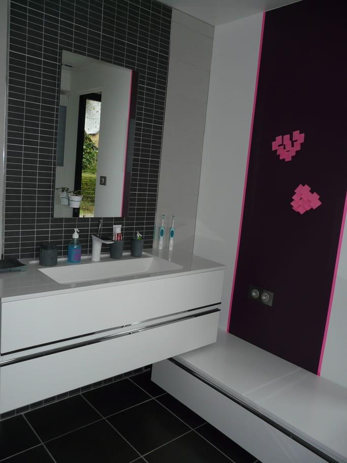 Une salle de bains moderne et pur e visitez la maison d for Salle de bain epuree