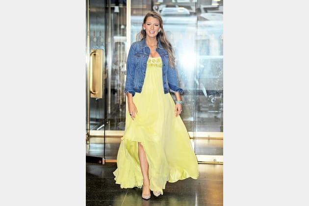 Une robe longue jaune pour Blake Lively