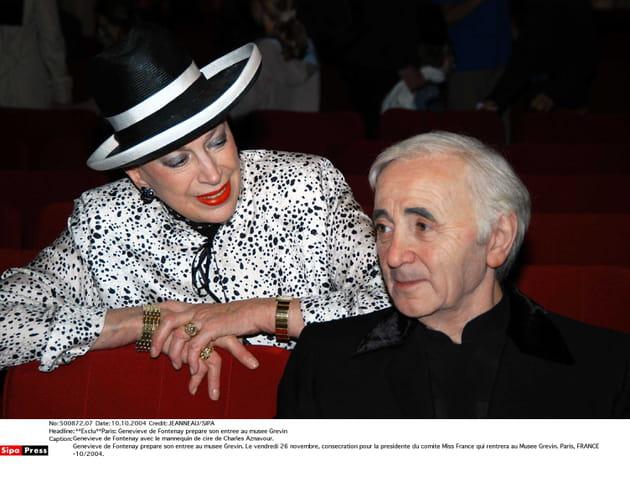 Geneviève de Fontenay avec la statue de cire de Charles Aznavour en 2004, au musée Grévin