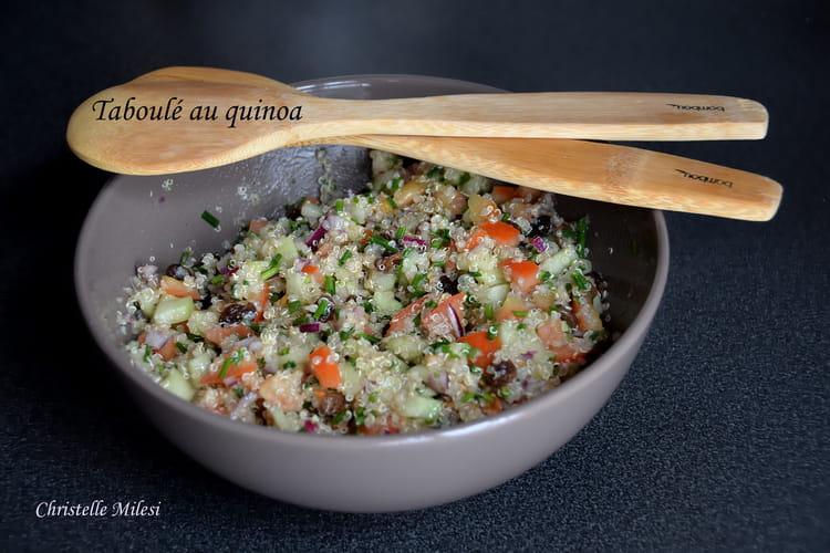 Taboulé au quinoa au concombre, tomates, oignons et raisins secs