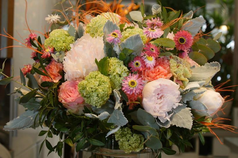 Réalisez un bouquet rond avec des fleurs de saison pour la fête des Mères [VIDEO]