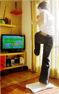 les bras levés, sur un seul pied, les positions varient au fil du jeu et selon