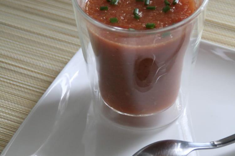 Soupe d'été aux tomates, poivrons et courgettes