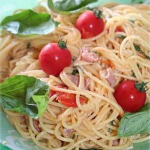 spaghettis au jambon cru, tomates cerises et basilic