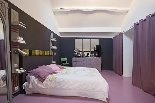 Une chambre avec sol en béton