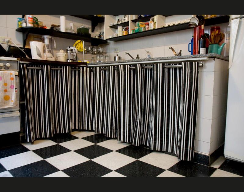 Une cuisine aux nuances de noir et de blanc
