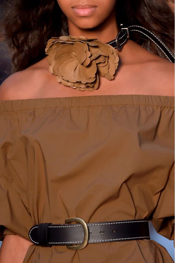 Le choker à fleur en cuir du défilé Sonia Rykiel