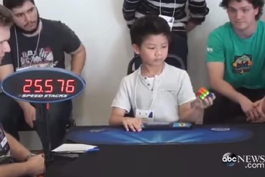 Faire un Rubik's cube en moins de 30 secondes et d'une seule main, c'est possible !