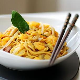 crevettes au curry jaune sur un lit de nouilles