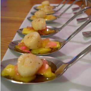 noix de pétoncle à la mangue, gingembre et rose