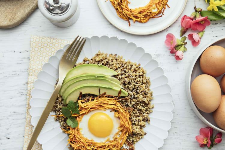 Nids de patate douce et œufs, quinoa et avocat