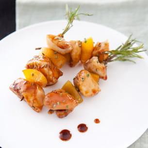 brochette de lapin au romarin et pêche, laque de miel de soja aux noisettes
