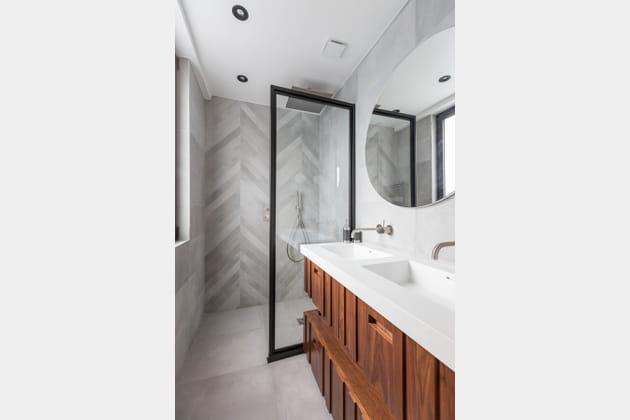 Salle de bains entre bois et marbre