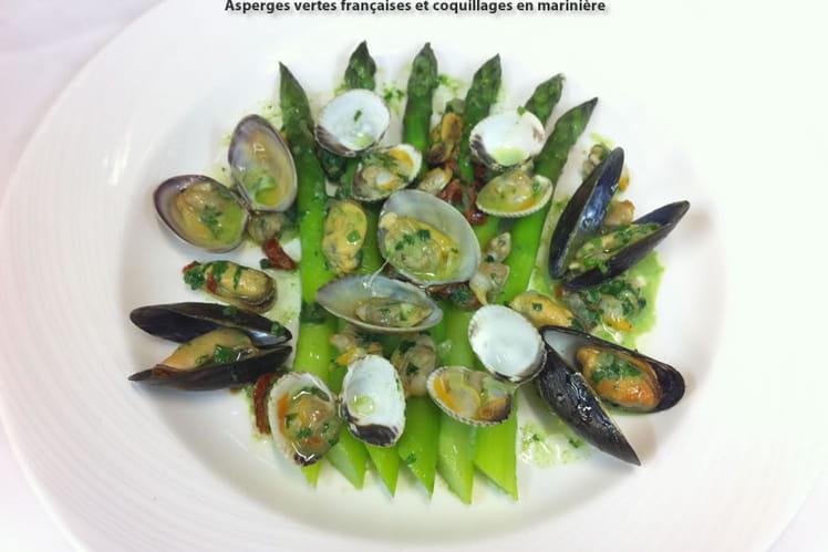 Asperges vertes françaises et coquillages en marinière