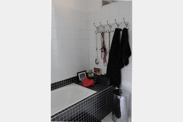 Une salle de bains au carrelage noir