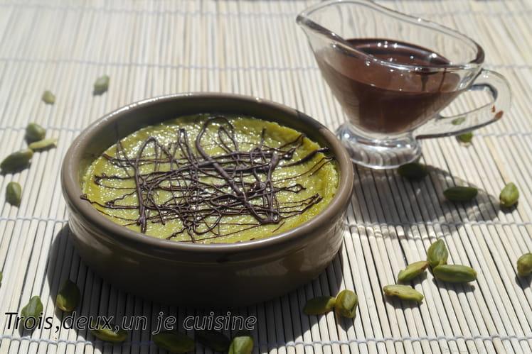 Crème à la pistache et coulis de chocolat