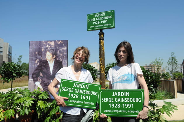 Jane Birkin et Charlotte Gainsbourg inaugurent le Jardin Serge Gainsbourg à Paris, 2010